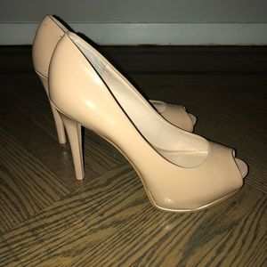 Guess nude parent leather peep toe pumps